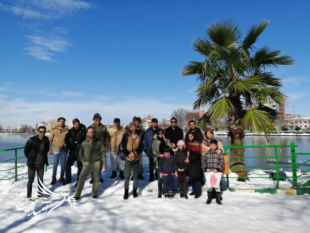 برگزاری برنامه دانه پاشی برای پرندگان در حاشیه استخر لاهیجان